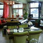 オーキッド&ロータスガーデン - 数種類のソファーとシャンデリアのある店内
