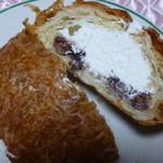 ベーカリー&カフェ キクチヤ - オリジナルつぶあんとホイップクリームがたっぷり