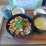 ゆかり食堂 - おまかせ定食(炭火焼き鶏ガーリックバター丼)味噌汁、小鉢付き 500円(税込)