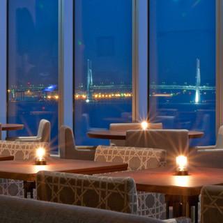 まるで海外のビーチリゾートホテルにいるような空間でお食事を。