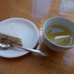 朱鞠内湖そばの花 - 到着時のウェルカムサービス。手作りケーキにそば茶。