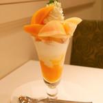 千疋屋総本店 フルーツパーラー - メキシコ産マンゴーと桃のパフェ