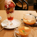 アフタヌーンティー・ティールーム - アフタヌーンティールームで苺とヨーグルトクリームのパフェ