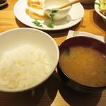 ひびか食堂 - シメにはフツーの白ご飯とお味噌汁が出てきます。