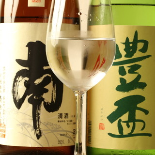 日本酒、ワインを幅広く取り揃えております。