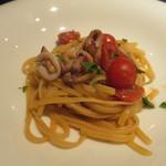 クッチーナ イタリアーナ マリーザ - イカとフレッシュトマトのリングイネ(上から)