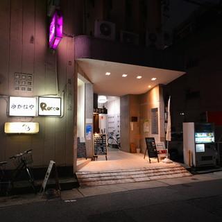 二軒目や三軒目使いにも便利な最終入店は27時半と深夜営業中