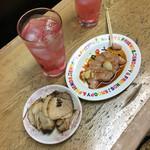 肉のまえかわ - 赤しそわり(250円)とチャーシュー(300円)とささみ刺し 生姜醤油(250円)