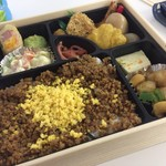 津多屋 - 料理写真:2色そぼろ幕の内弁当