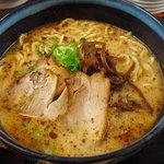 麺 徳次郎 - 徳次郎らーめん、豚骨醤油にマー油が浮いてます