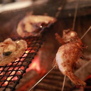 炉端で丁寧に焼きあげる旬な地物食材