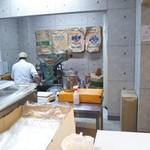 くろ松 - 製麺してるとこ