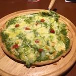 マハロア - バジルソースのピザ。生地が薄くてパリッとうまいよ