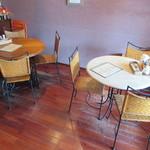 イ・ピゼリ - オープンテラス的なテーブル席も有ります♪