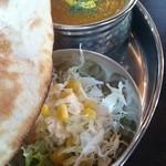 印度れすとらん カシミール - 下にカレーとサラダ、さらに福神漬けがかくれてます