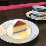 珈琲 花 - コーヒーのお供に小さなチーズケーキをどうぞ。