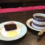 珈琲 花 - コーヒーのお供に小さなチョコレートケーキをどうぞ。