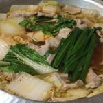 新世界もつ鍋屋 - 豚鍋が煮えました