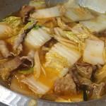 新世界もつ鍋屋 - 二回目は豚肉、白菜、脂かすを投入