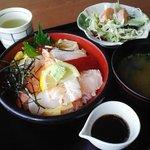 710839 - 双海町「潮路」海鮮丼(1200円)味噌汁とサラダ付き