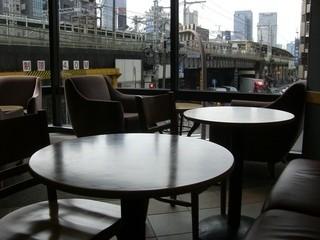 スターバックス・コーヒー 神田駅前店 - 店内の大きな窓からみたJR神田駅