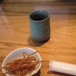 石臼そば あずま - 注文すると奥様がそば茶とそばせんべいを持って来てくれました