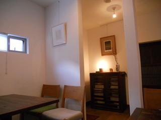 芝町カフェ - 白基調に木目家具の店内(入口方面)