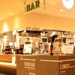 OUTDOOR DINING MEER LOUNGE - お店の入口にはBARカウンターもご用意しております。仕事帰りに1杯だけ飲みたい!そんな時にピッタリです。お1人様でも気兼ねなくお立寄りください!