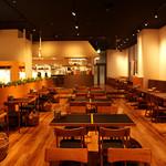 OUTDOOR DINING MEER LOUNGE - ワンフロアの店内はシンプルで広々としており開放的な空間。全70席をご用意しております。