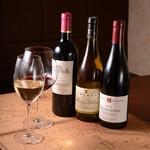 レストラン&バー ヴァロリス - ドリンク写真:ワイン好きのシェフがセレクトした美味しくて値ごろなワインを揃えています。2,500円(税抜)~。