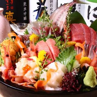 熟練の職人が、毎朝目利きを働かせて仕入れる魚介類