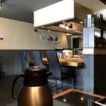 麺処 蓮海 - カウンター席、テーブル席、小上がり席ございます店内です。