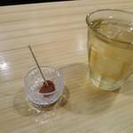 奏す庵 - 最初に梅干しと冷たいお茶がでます。