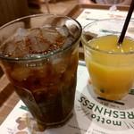 71020106 - コカ・コーラzeroのMサイズとオレンジジュースSサイズ