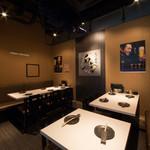 炭火串焼 白虎 - 奥のテーブル席は最大18名様までの宴会が楽 しめます!和モダンでお洒落な空間で、串焼き と逸品を肴に心あたたまるひとときをお過ごし ください。