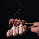 炭火串焼 白虎 - 焼いて甘みを出した塩を部位ごとに絶妙な加減で振っています。