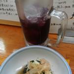 まるさだ - 料理写真:かち割りワインと、お通しの 茄子の煮浸し。