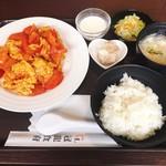 冠龍食府 - トマトの卵炒め定食 @750円 キャベツの小皿はスープのお椀の蓋でした(笑)