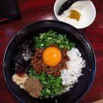 拉麺 空海 - 台湾まぜそば     トップに黄卵・魚粉・ニラ 玉ねぎ・旨辛挽肉・ネギ・ニンニク・海苔、追い飯付き
