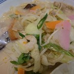 リンガーハット - 野菜やきくらげ、海老に豚肉、いろいろのってます。