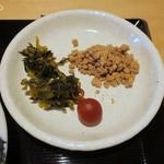 とんかつ馬車道さくら - 辛子高菜、甲州小梅、鳥そぼろの提供は嬉しい