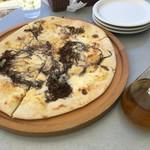 奄美きょら海工房 - モズクとアンチョビのクリームソースピザ