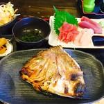 まぐろの家 心 - まかない定食(焼き魚:タイ+刺身)¥750(税込)