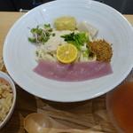 ウドンダイニング コナ ミズ シオ - 胡麻豆腐の天ぷら付き京ゆば梅出汁ぶっかけ