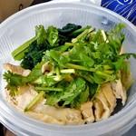 カオマンガイキッチン - 茹で鶏にパクチーをトッピングして