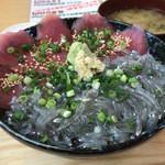 磯料理 魚の「カネあ」 - 生しらす・まぐろ丼 1390円。
