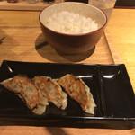 麺家 しゅんたく - ライスと半ギョーザ