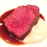 71069982 - 北海道産和牛肉イチボのローストスパイシーなグリーンペッパーのソースとジャガイモのピューレと一緒に