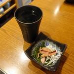 藁焼き鰹たたき明神丸 - ダバダお湯割り518円、お通し389円