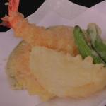 71086090 - 揚物:天ぷらの盛り合わせ(海老と季節の野菜)
